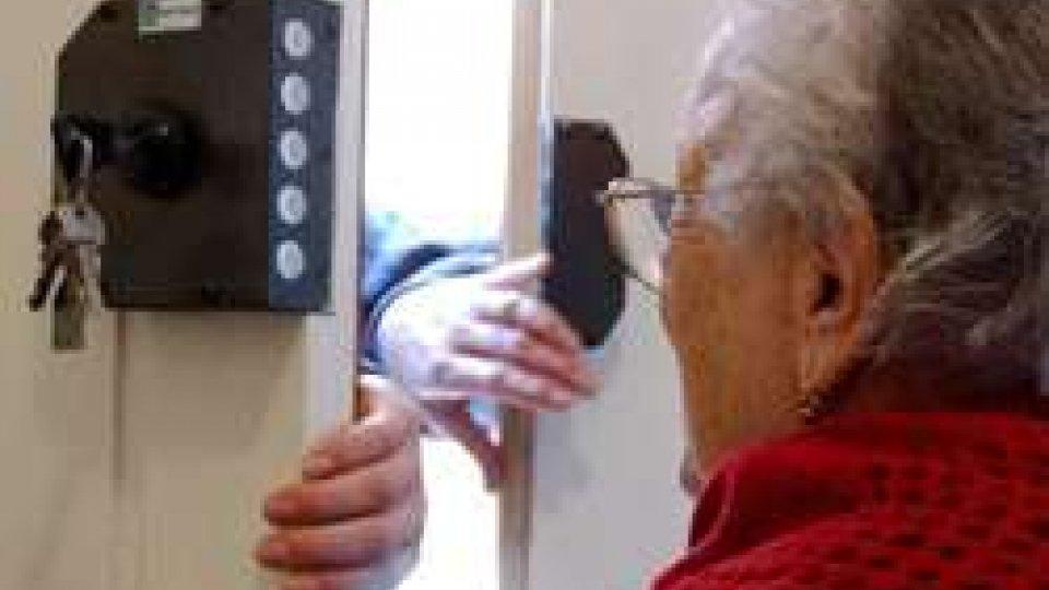 Rimini: si finge poliziotto e deruba un'anziana