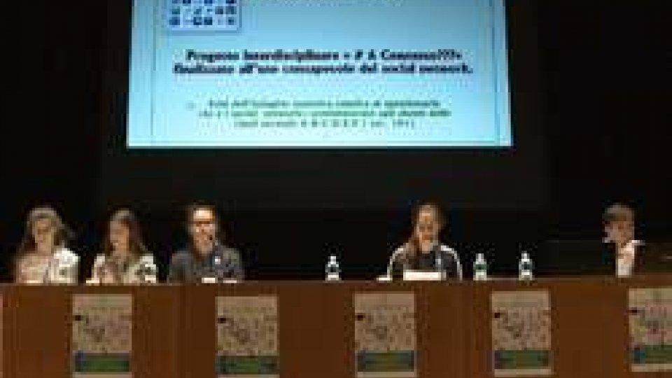 Ragazzi al ConcordiaAl Teatro Concordia i ragazzi delle medie di San Marino spiegano i social Network ai genitori