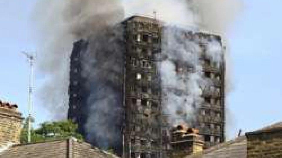 Londra, incendio alla Grenfell Tower. 'Speriamo in meno di 100 morti'