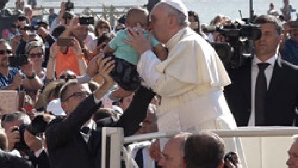 """Papa FrancescoPapa Francesco contro """"l'industria della distrazione"""": """"Il mondo dipinto come un parco giochi"""""""