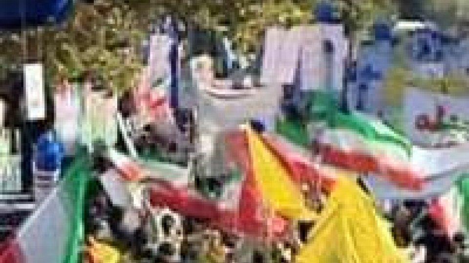 Iran: migliaia in piazza contro Usa, bruciate bandiere a stelle e strisce