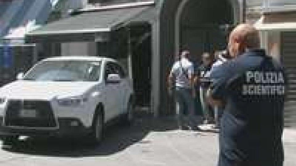 Rimini. Sfondano con l'auto la vetrina di un negozio di orologi