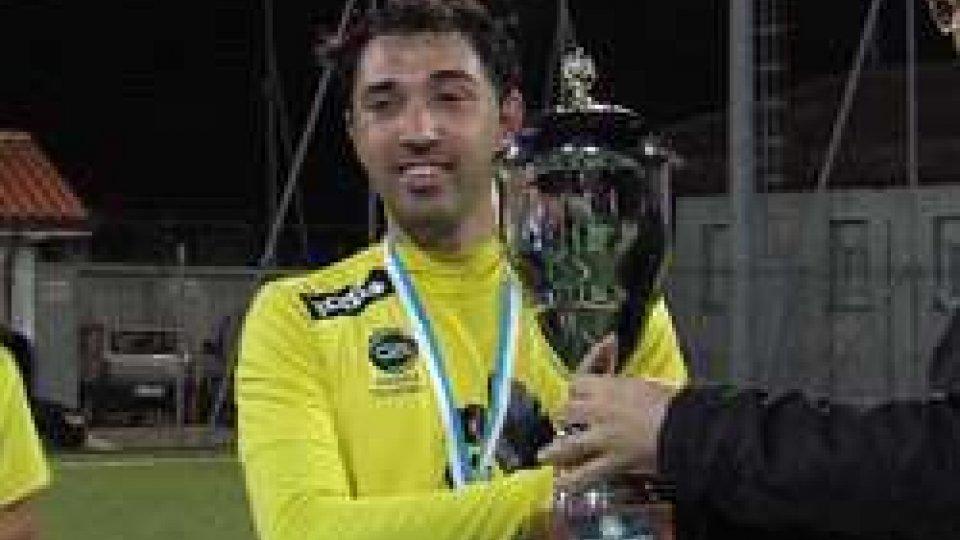 Matteo Michelotti riceve la SupercoppaFutsal: il Tre Fiori alza la prima Supercoppa, 3-1 sul Murata