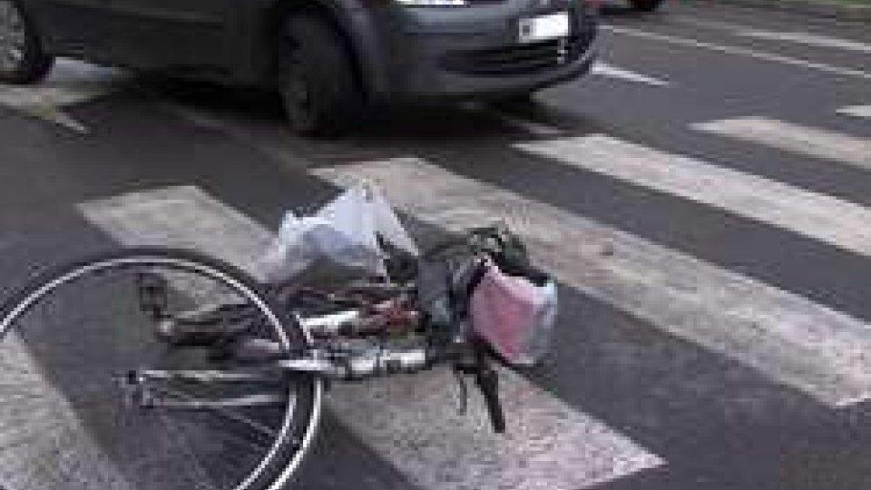 La bicicletta della donna investitaRimini: investita una ciclista, coinvolta anche una macchina sammarinese