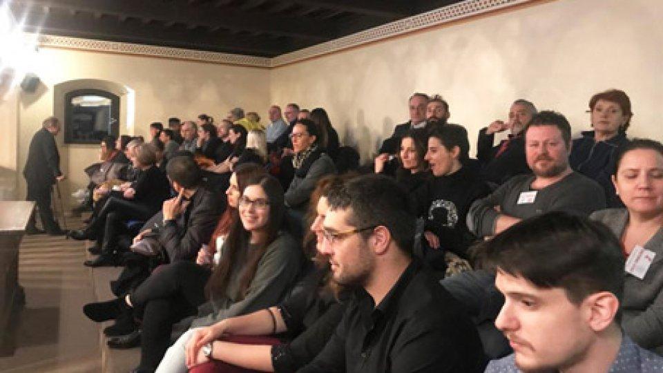La tribunetta ieri seraConsiglio notturno rovente, tribuna piena e nuovi scontri sulla giustizia