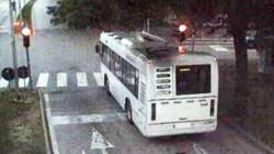 Un autobus passa col rosso