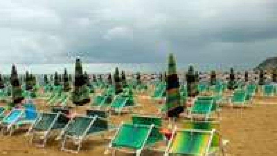 Rimini: tempesta di sabbia al mare