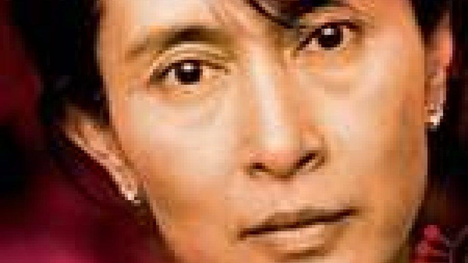 Aung San Suu Kyi porta la campagna elettorale a Naypyidaw