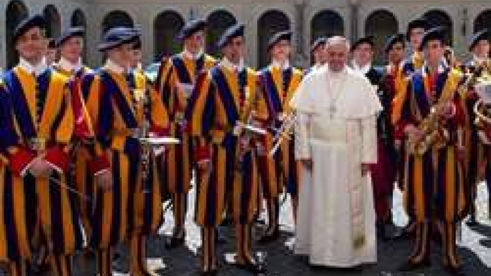 Papa Francesco con alcune Guardie svizzere