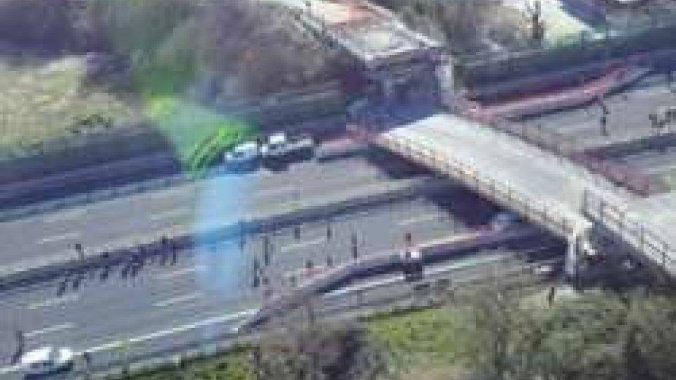 Riaperta la carreggiata dopo il crollo del ponte sulla A14
