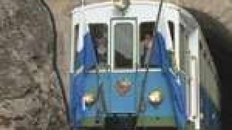 Il treno biancoazzurro riparte dalla Galleria MontaleIl treno bianco azzurro riparte dalla Galleria Montale
