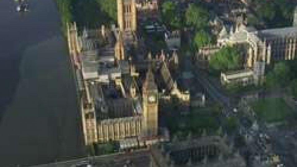 """Aeree di LondraElezioni GB: nonostante la """"sconfitta"""" Theresa May punta a formare Governo"""
