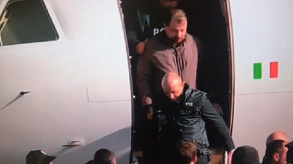 Battisti a Ciampino @ansaCesare Battisti atterrato in Italia:le dichiarazioni del Vicepremier,subito dopo l'arrivo dell'ex terrorista