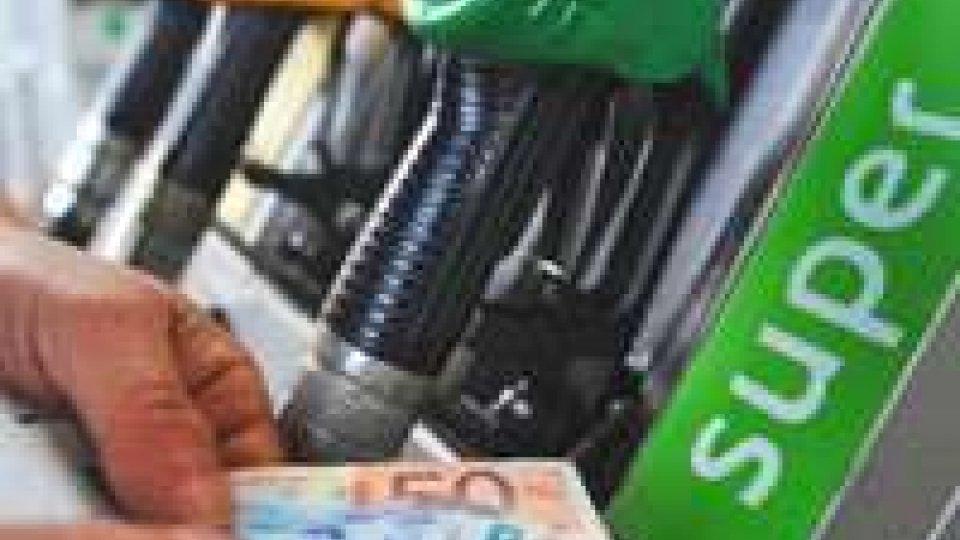 Benzina: nuovo aumento da domani