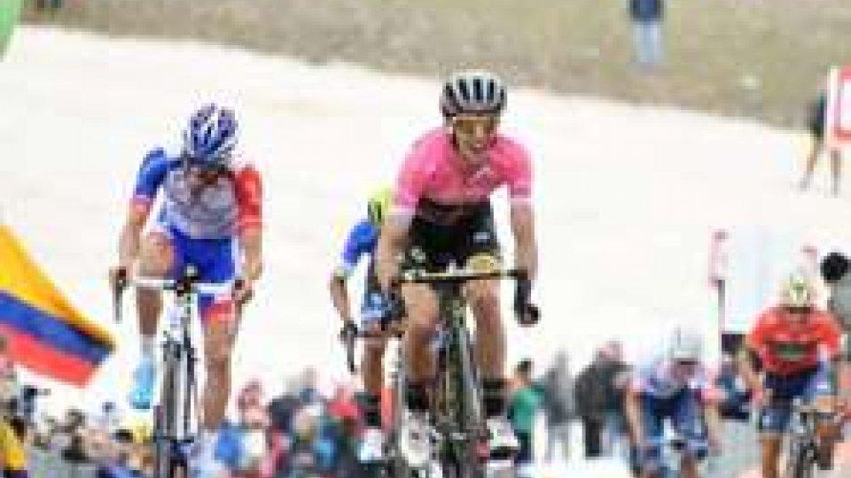 Simon YatesGiro d'Italia: imbattibile Yates, la maglia rosa vince sul Gran Sasso