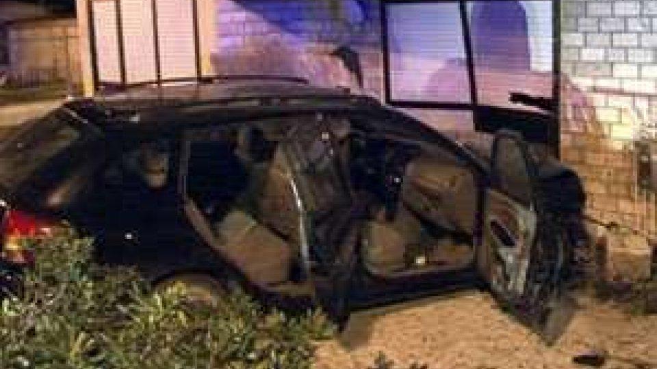 Auto contro albergo a Rimini: i conducenti si danno alla fuga