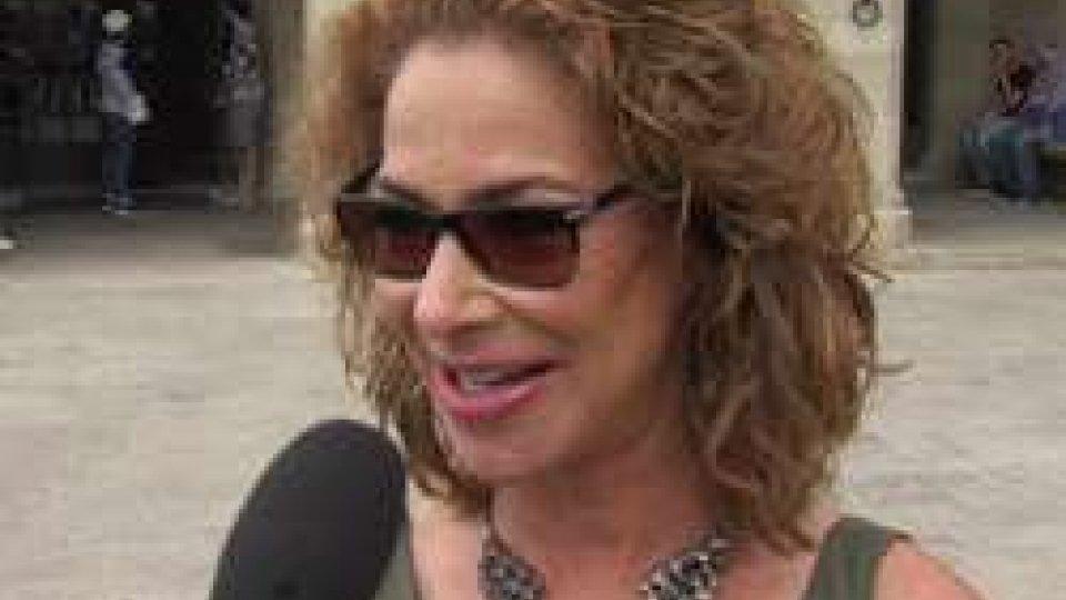 Claudia WellsRITORNO AL PASSATO... la protagonista del film di Zemeckis estasiata dal Monte