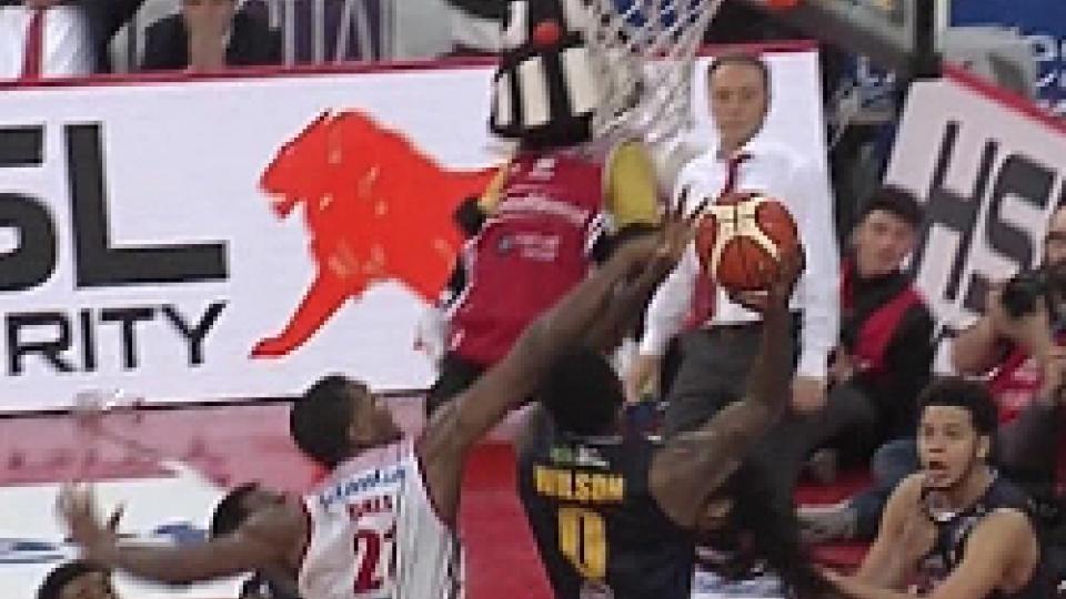 Il discusso contatto Jones-Wilson.Basket, Pesaro beffata nel finale: Torino passa 66-65 all'Adriatic Arena