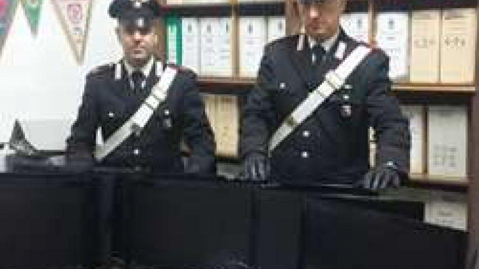I Carabinieri mostrano la refurtiva