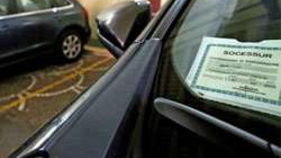 In Italia cessa l'obbligo di esporre il tagliandino dell'Rc auto