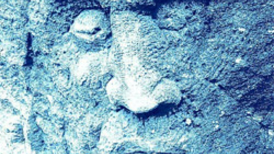 Il bozzetto del volto del Santo Marino scolpito da Aldo Volpini sulla parete della Cava degli Umbri