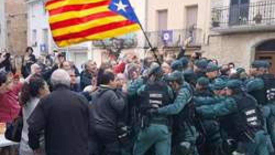 """Gli scontri durante il giorno del referendumCatalogna: Barcellona prepara indipendenza. Alt di Madrid: """"Reagiremo"""""""