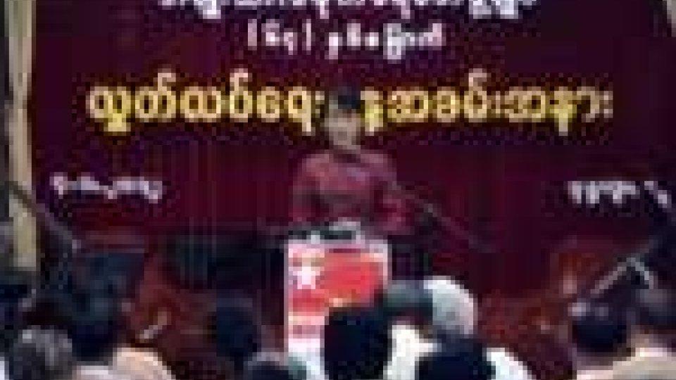 Birmania. Aung San Suu-Kyi torna a parlare in pubblico nel giorno dell'Indipendenza