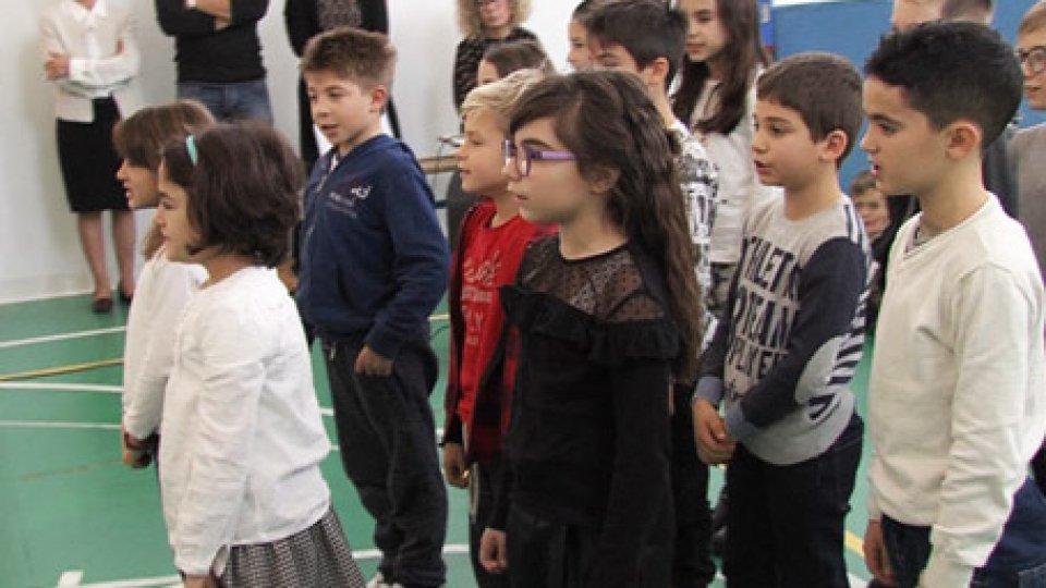 Proseguono le visite dei Capitani Reggenti alle scuoleI doni dei piccoli. Continuano le visite delle Reggenza. Oggi a Borgo Maggiore, Acquaviva, Chiesanuova e Montegiardino