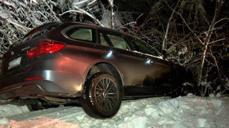 Auto finita fuori stradaSan Marino: va dritto alla curva di Borgo, Bmw sammarinese finisce nel bosco