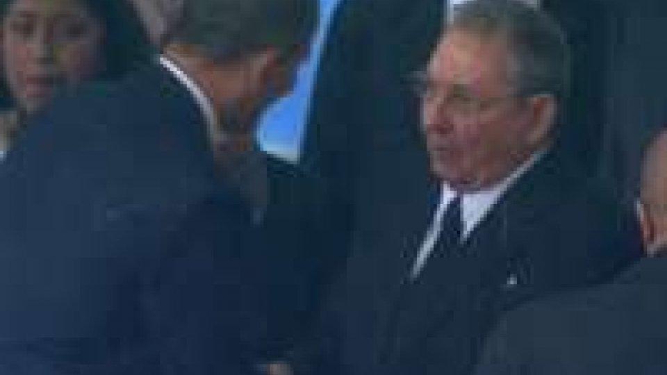 Stretta di mano tra Obama e Castro