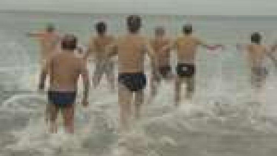 """Rimini: bagno in mare per 30 coraggiosi del """"Golden Club"""""""