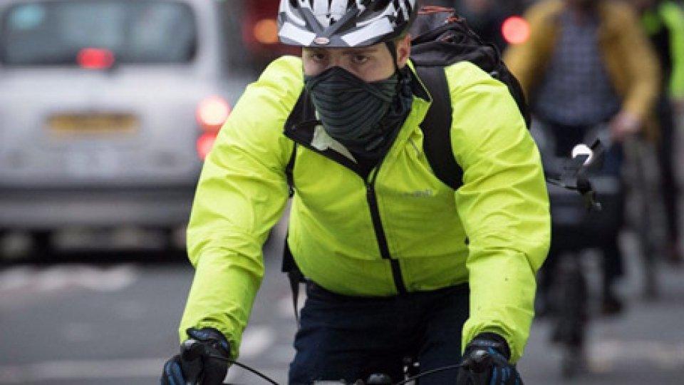 Codice della strada: nuove regole per bici, niente fumo in auto