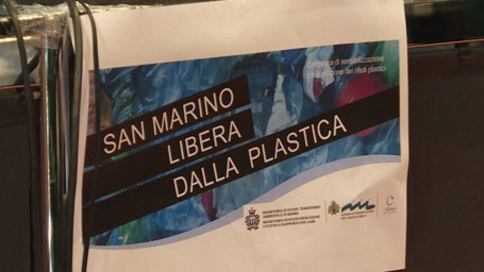 """Il poster della campagna""""San Marino libera dalla plastica"""" per fare la differenza"""