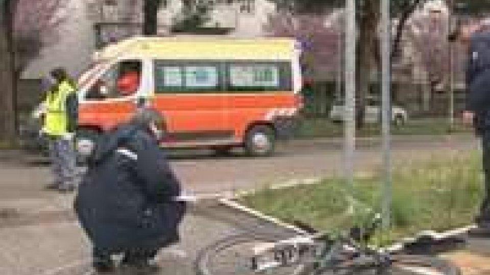 Incidente a Cattolica, auto contro bicicletta: grave giovane ragazza
