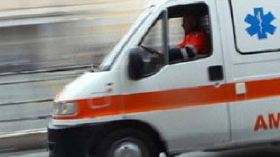 Riccione: scontro auto-scooter, 23enne ricoverato all'Infermi