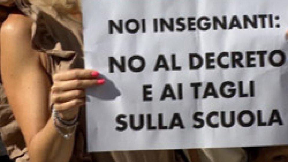 Cartelli di protesta contro il decreto