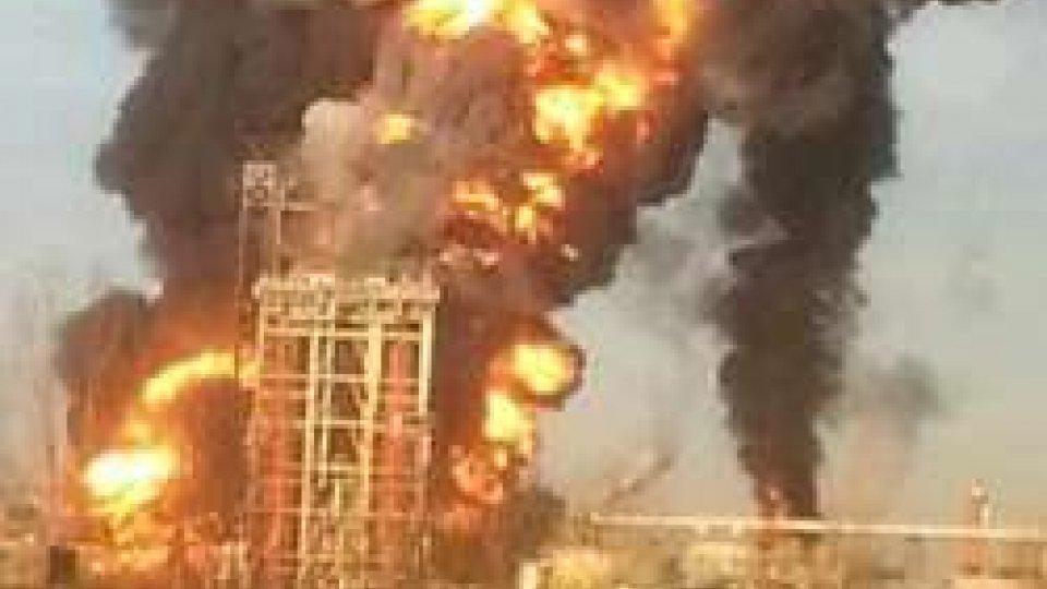 """foto da twitterIncendio nella raffineria Eni di Sannazzaro, il sindaco: """"Rimanete in casa"""" [LE IMMAGINI]"""
