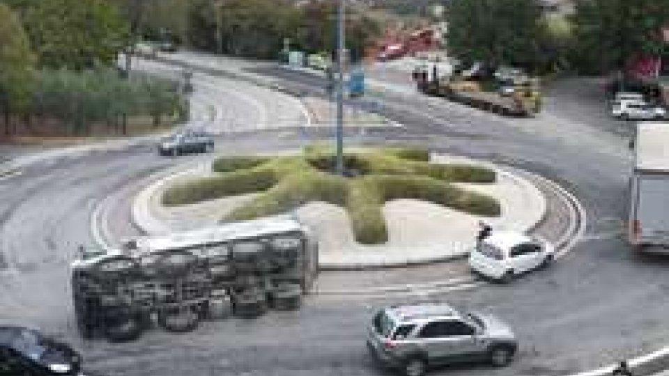 Camion rovesciato a FiorinaIncidente: camion rovesciato alla rotonda di Fiorina [IMMAGINI]
