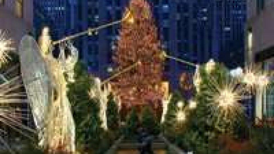 New York: illuminato l'albero al Rockefeller Center