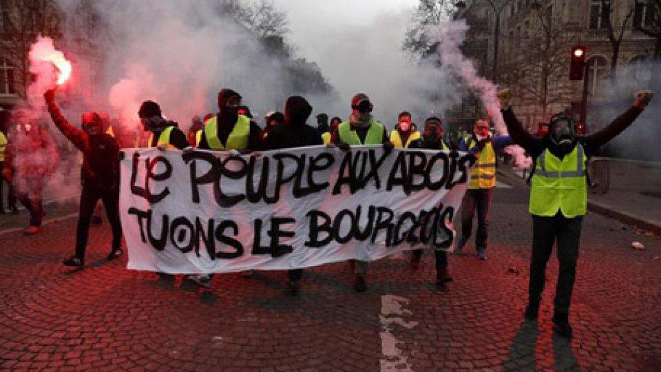 Gilet Gialli: dilaga la violenza a Parigi