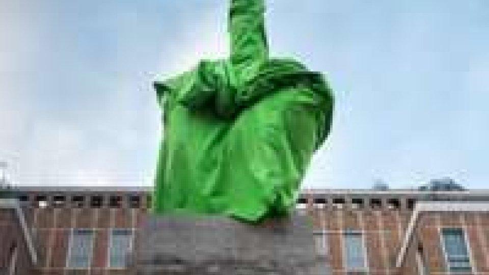 Settimana della moda: Greenpeace riveste con guanto verde dito di Cattelan