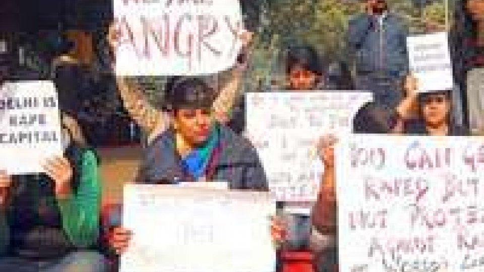 India: contro violenze ragazze obbligate a usare soprabito