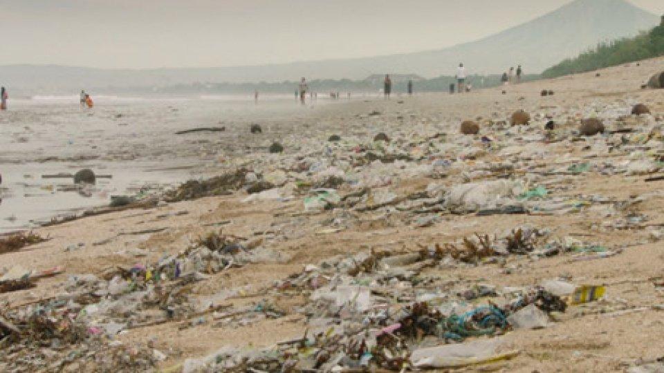"""Plastica sulle spiaggeBorracce, borse di plastica e tessuti naturali: le regole per una vita """"plastic-free"""""""