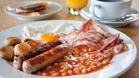 Gran Bretagna - Fagioli, salsiccia, bacon, uova, funghi, frittelle di patate e pane tostato. Più black pudding, una specie di salsiccia fatta con sangue di maiale.