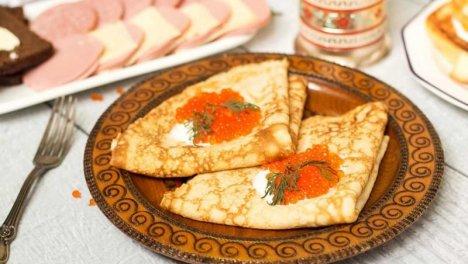Russia - Oladi, simili ai pancakes. Caldi, appena fritti, morbidi all'interno e croccanti in superficie, con panna acida, miele, marmellata o frutti di bosco freschi.