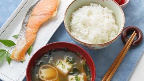 Giappone - Tofu accompagnato da riso e pesce, intinti nella salsa di soia: un pasto che risulta molto salutare.