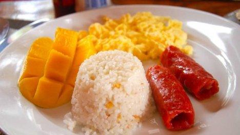 Filippine - Frutta fresca, con riso e una salsiccia locale chiamata longganisa saltati con aglio e sale, si chiama sinangag. Con aggiunta di uova, carne e fagioli.