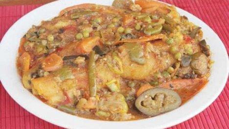 Uganda - Tipica colazione ugandese il katogo, un piatto a base di banane verdi e carne stufata con salse a base di verdure.
