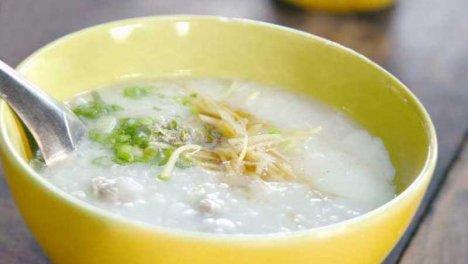 Thailanda - Si tratta di pesce aromatizzato alla menta e maiale dolce speziato, serviti con riso. Questo piatto, inoltre, può essere consumato anche come pranzo o cena.