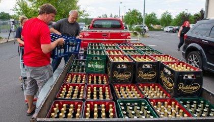 La protesta dei cittadini per un raduno estremista in Sassonia: comprano tutta la birra